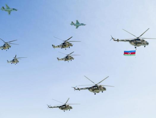 Боевые самолеты в небе над Баку