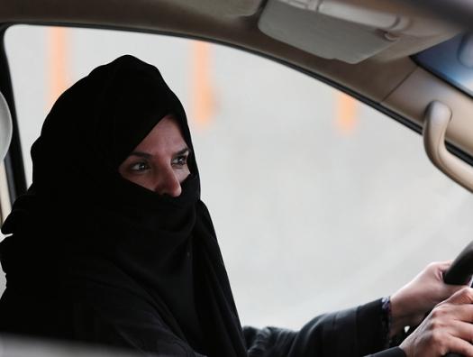 С сегодняшнего дня саудовские женщины могут водить автомобиль