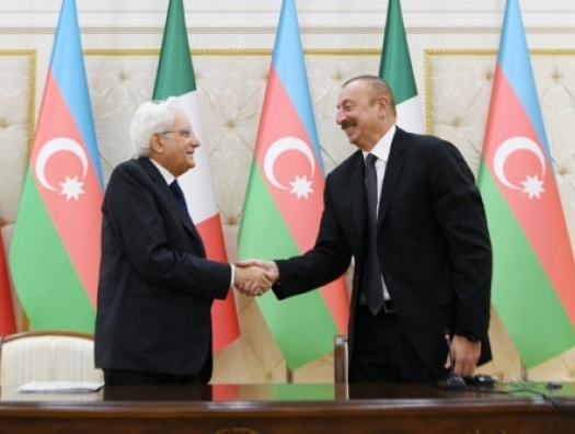 Ильхам Алиев наградил президента Италии
