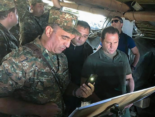 Министр обороны Армении собрал армию на границе с Нахчываном