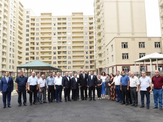 Ильхам Алиев подарил ветеранам квартиры и автомобили