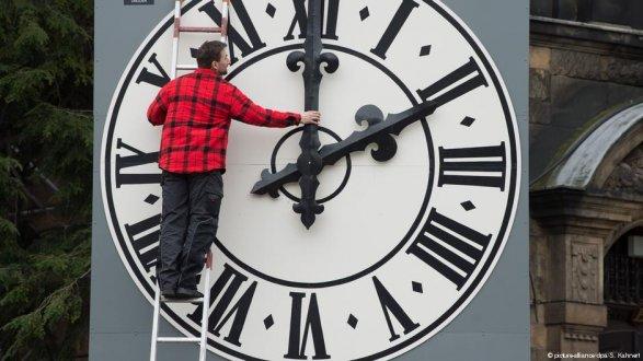 Опрос: неменее 80% европейцев высказались заотмену перевода часов
