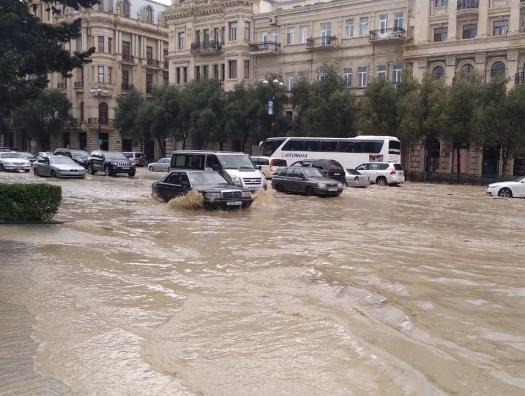 Ливень снова затопил Баку