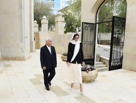 Гаджи Абдул рядом с Мехрибан Алиевой