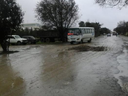 Многотоннажные грузовики разрушили дорогу в Баку