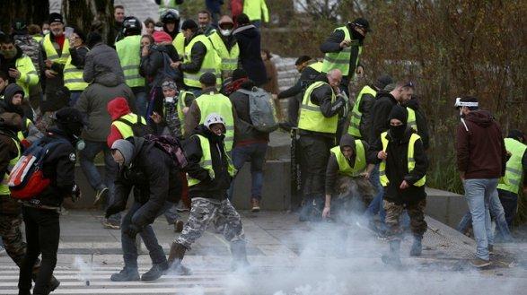 Протесты воФранции: «желтые жилеты» подожгли Банк Франции