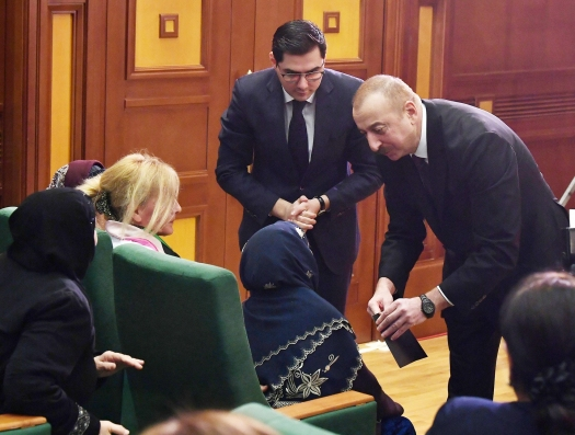 Ильхам Алиев собрал семьи шехидов и предоставил помощь
