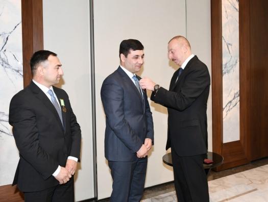 Ильхам Алиев награждает братьев Шириновых, совершивших подвиг в Украине