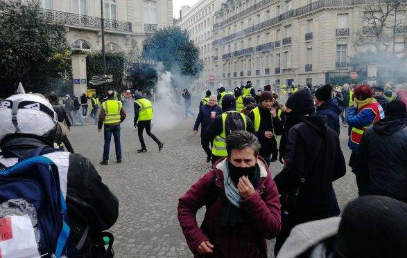 Встолице франции  начались столкновения между полицией и«жёлтыми жилетами»