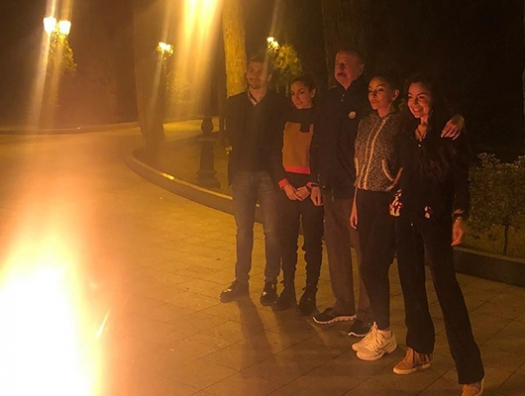 Семья Алиевых за праздничным костром