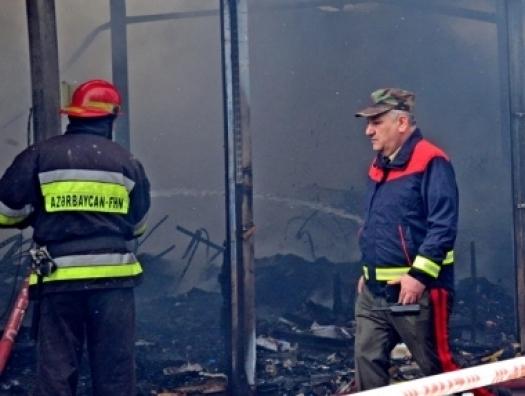 МЧС все еще тушит пожар в торговом центре в Баку