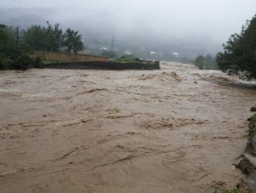 В Джалилабаде спустили водохранилище, затопило Масаллы