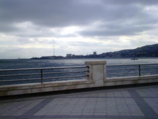 На Бакинском бульваре 14-летняя девочка бросилась в море