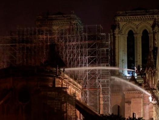 Пожар в соборе Парижской Богоматери потушили