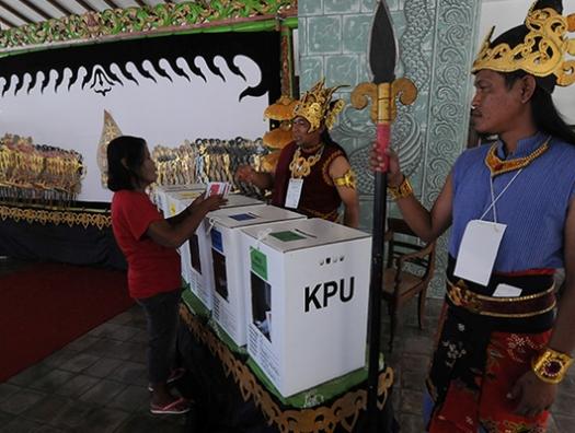 В Индонезии члены избиркома массово умерли после выборов