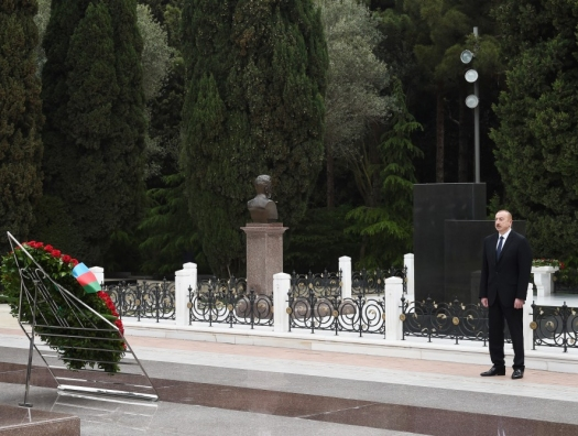 Ильхам Алиев на могиле Гейдара Алиева