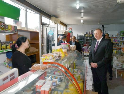 Ильхам Алиев посетил магазин на вокзале
