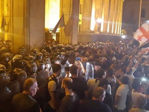 Митингующие перекрыли центральный проспект Тбилиси