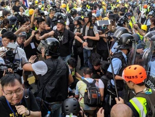 Гонконг пьян протестами…