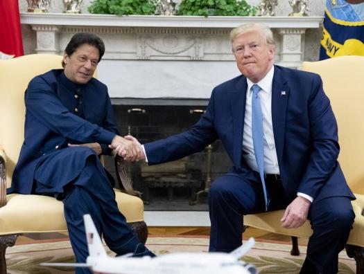 Трамп протянул Хану руку
