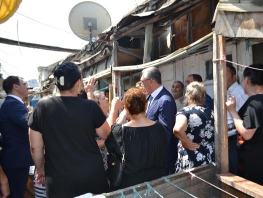 Эльдар Азизов пошел к жильцам, пораженным в правах