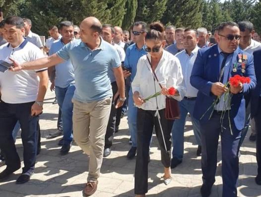 Мехрибан Алиева идет в окружении воинов