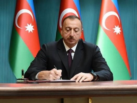 Ильхам Алиев наградил деятелей культуры