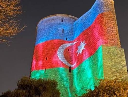 Девичья башня окрасилась в цвета азербайджанского флага