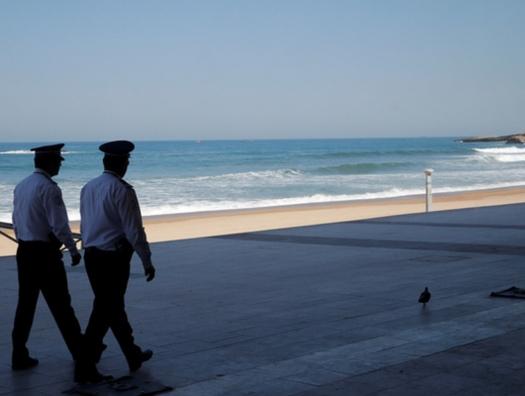 Волны вынесли на берег Франции сотни килограммов кокаина