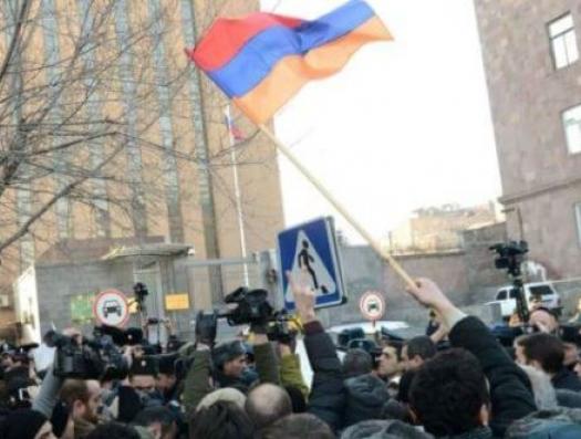 В Ереване окружили посольство России и угрожают депутату Виноградову