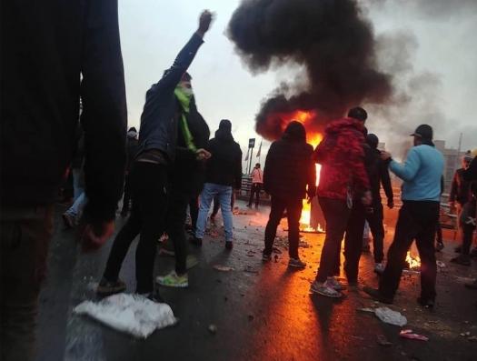 Протесты в 90 городах Ирана: сжигают банки, автобусы, метростанции...