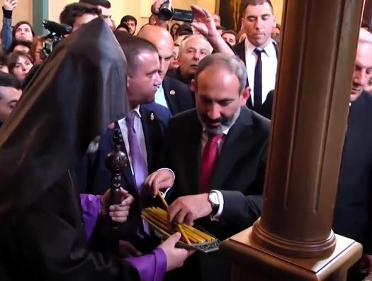 Азербайджанский блогер вошел в армянскую церковь, Пашинян растерялся
