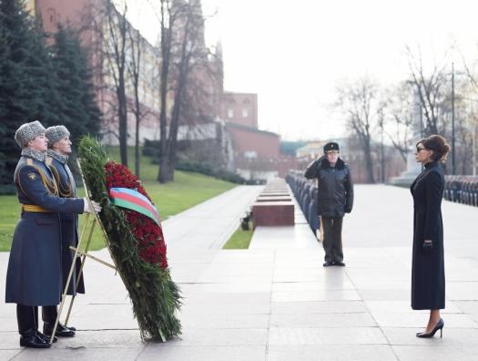 Мехрибан Алиева у могилы Неизвестного солдата в Москве
