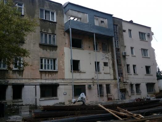 Осужденный за мошенничество стройбарон разрушает «Дом врачей». Люди не покидают квартиры