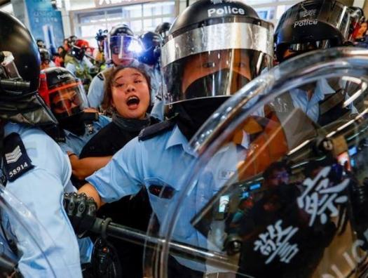 Гонконг: Деды Морозы с дубинками и вдоволь брызг перцового газа