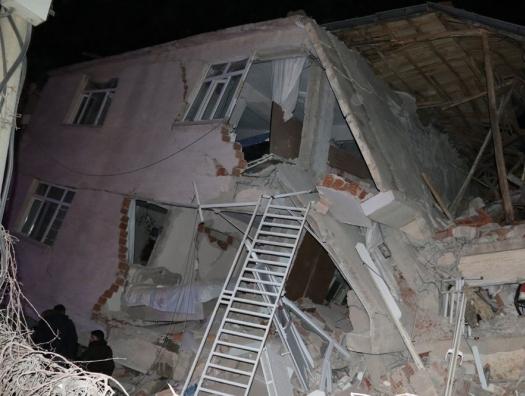 Сильное землетрясение в Турции: растет число жертв