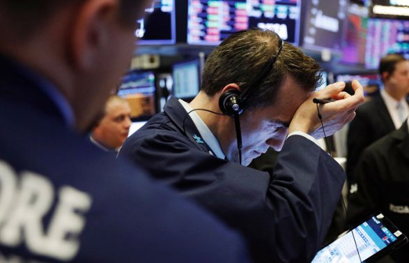 Индекс Dow Jones потерял нафондовых торгах вСША неменее  2100 пунктов