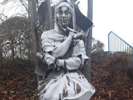 В Бельгии осквернили памятник поэтессе Натаван
