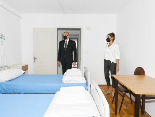 Ильхам и Мехрибан Алиевы на открытии больницы в Баку