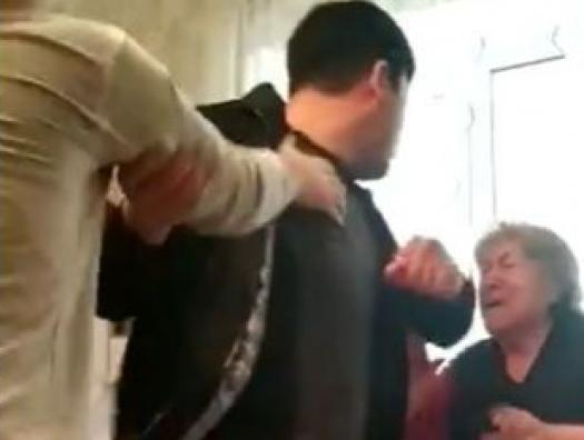 Полицейский Кямран Аббасов поднял руку на мать