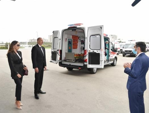 Ильхам и Мехрибан Алиевы ознакомились с новыми автомобилями скорой помощи