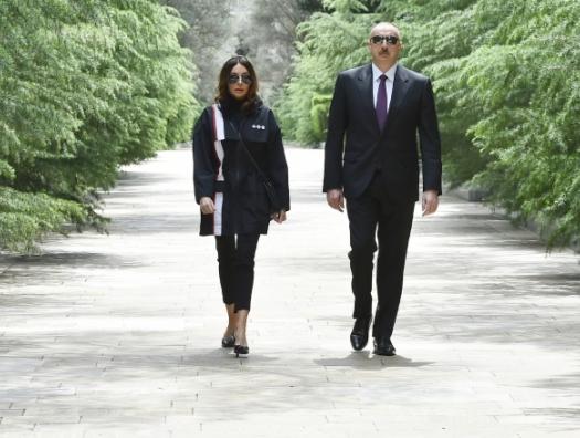 Ильхам и Мехрибан Алиевы приехали в Балаханы