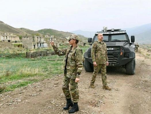 На бронемашине Ильхама Алиева бойницы по всему периметру
