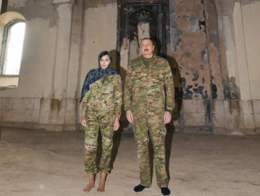 Ильхам Алиев вошел в мечеть в Агдаме