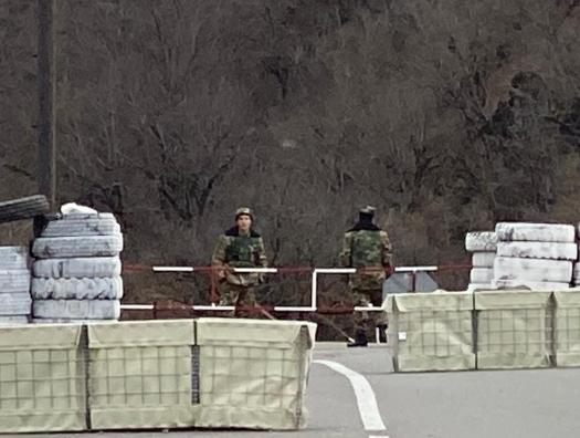 Безоружные армянские и азербайджанские солдаты