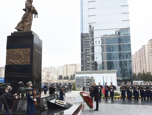 Ильхам Алиев у мемориала памяти жертв Ходжалинской трагедии