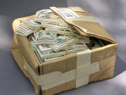 Рабочие устроились на работу за 15 манатов, а нашли коробку с 250 тысячами долларов