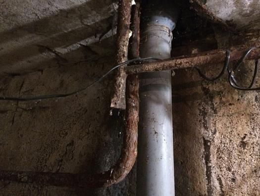Тарифы удвоили, а вода сутками вытекает из трубы