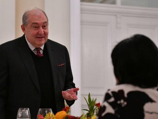 Президент Армении нарисовал Арарат, посол Турции показала высоту горы
