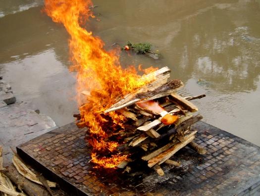 В Индии не успевают сжигать и хоронить людей